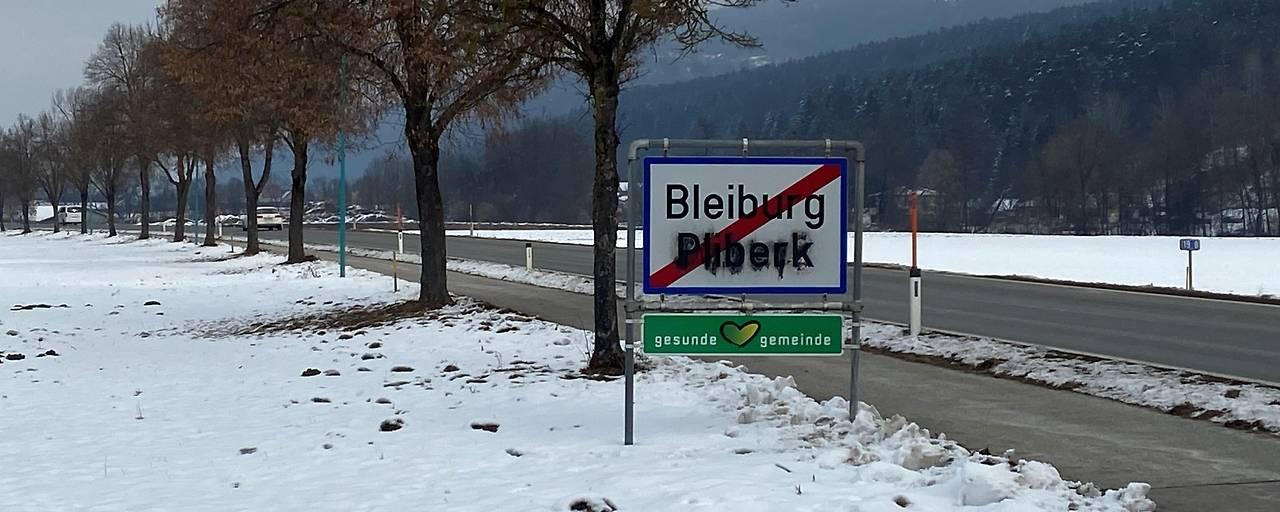 Mehrere zweisprachige Ortstafeln in Kärnten/Koroška beschmiert