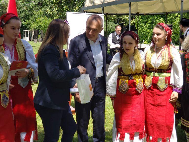Mazedonier aus Albanien tanzen und singen Biser Balkanski in der Residenz des Präsidenten